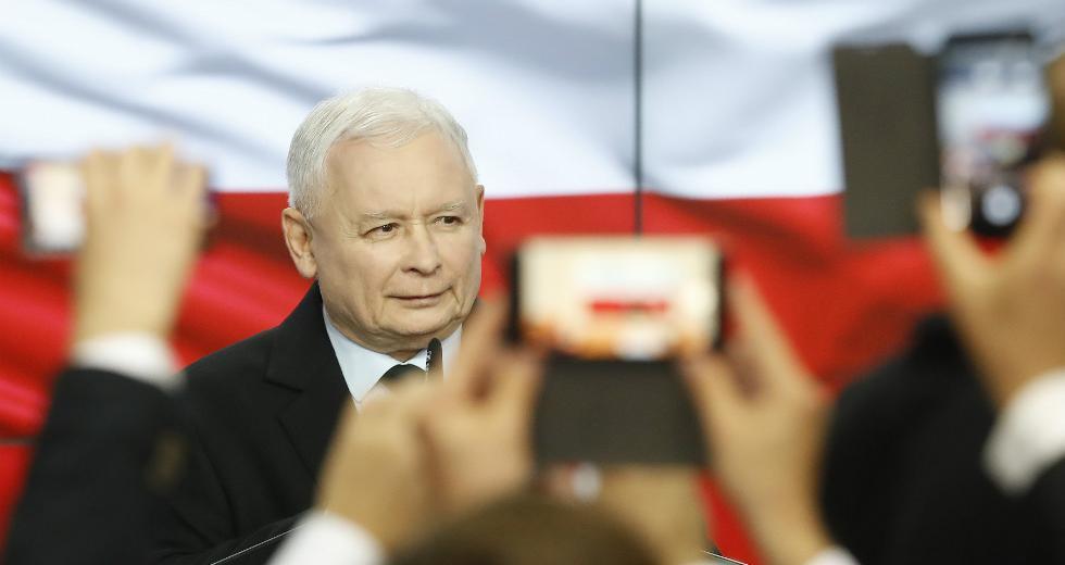 Το εθνικιστικό κόμμα Νόμου και Δικαιοσύνης (PiS) επικρατεί στην Πολωνία. Ο ευρωσκεπτικισμός στην χώρα παραμένει παραμένει ψηλά, το κράτος δικαίου υπονομεύεται. Οι προοδευτικές δυνάμεις στην ΕΕ να αναδείξουν τα ζητήματα.
