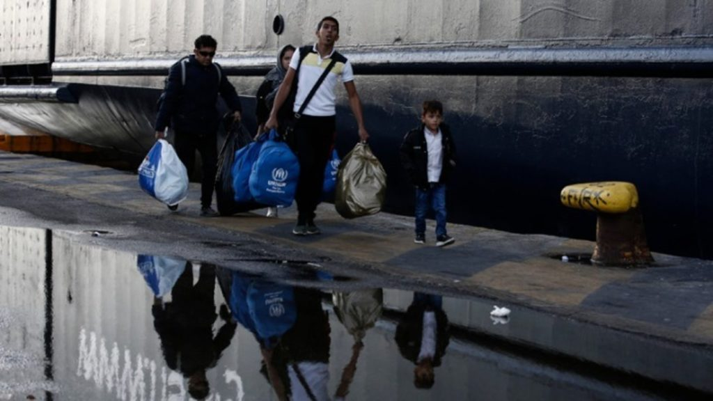 Αναμένουμε με αλληλεγγύη τους πρόσφυγες που καταφθάνουν στο λιμάνι του Πειραιά. Ο φασισμός δεν χώρα στο τόπο μας.